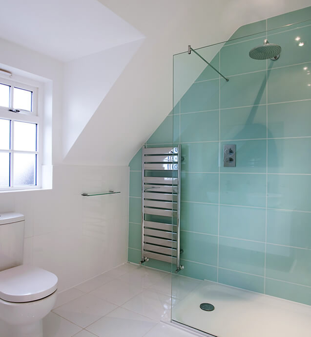 Shower room with blue plates on the wall